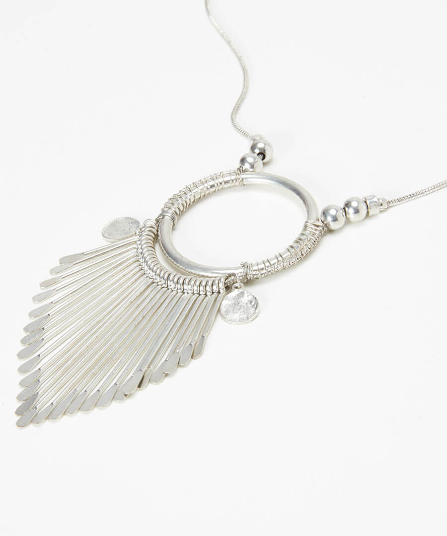 Distinctive Necklace Model Back