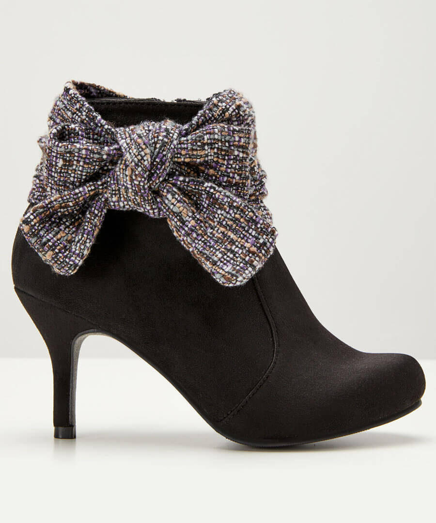 Boutiquey Bow Boots Model Back