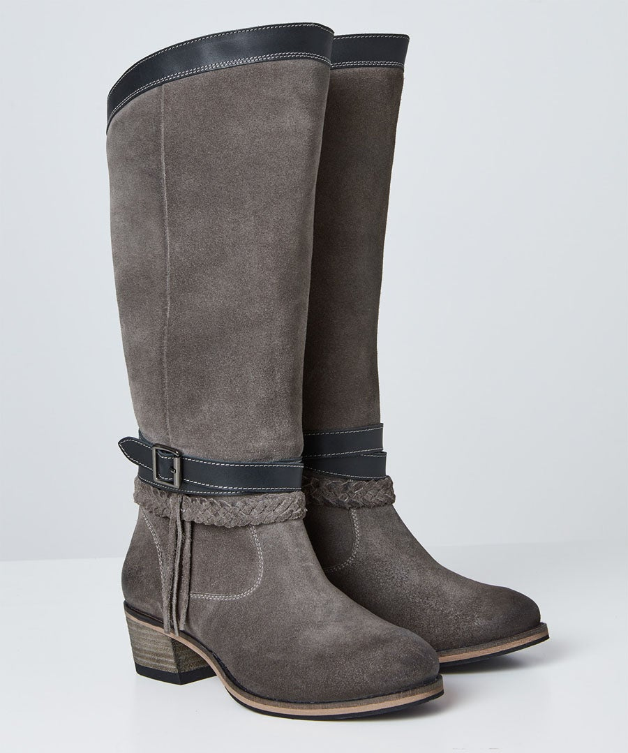 Beautiful And Boho Leather Boots Model Front