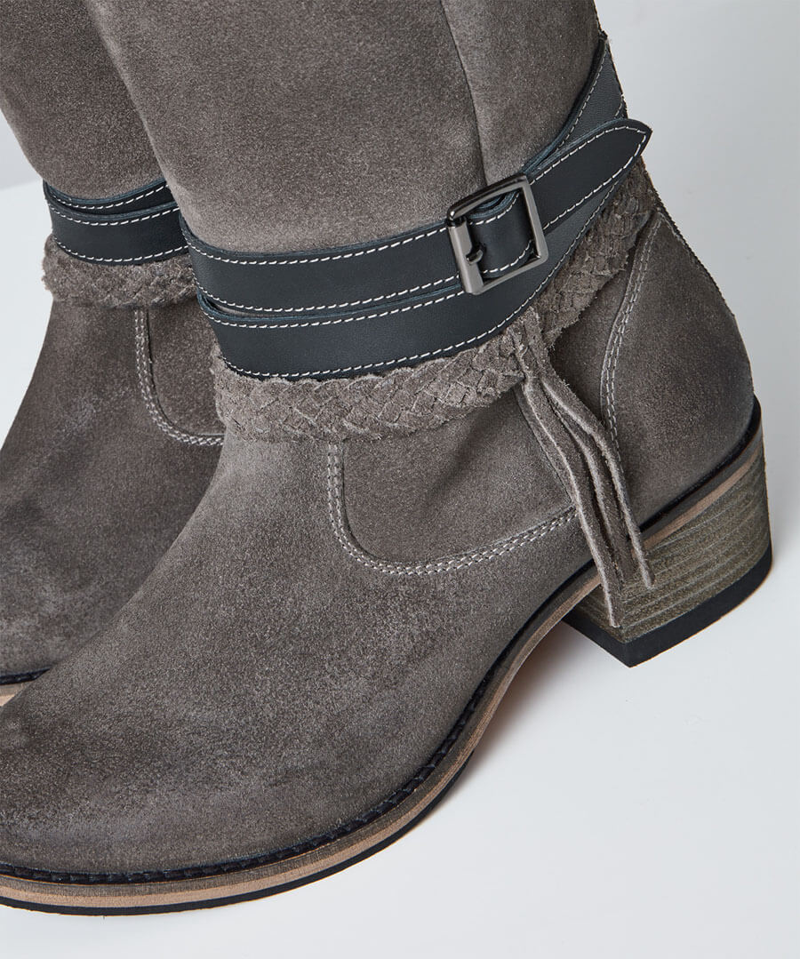 Beautiful And Boho Leather Boots Model Back