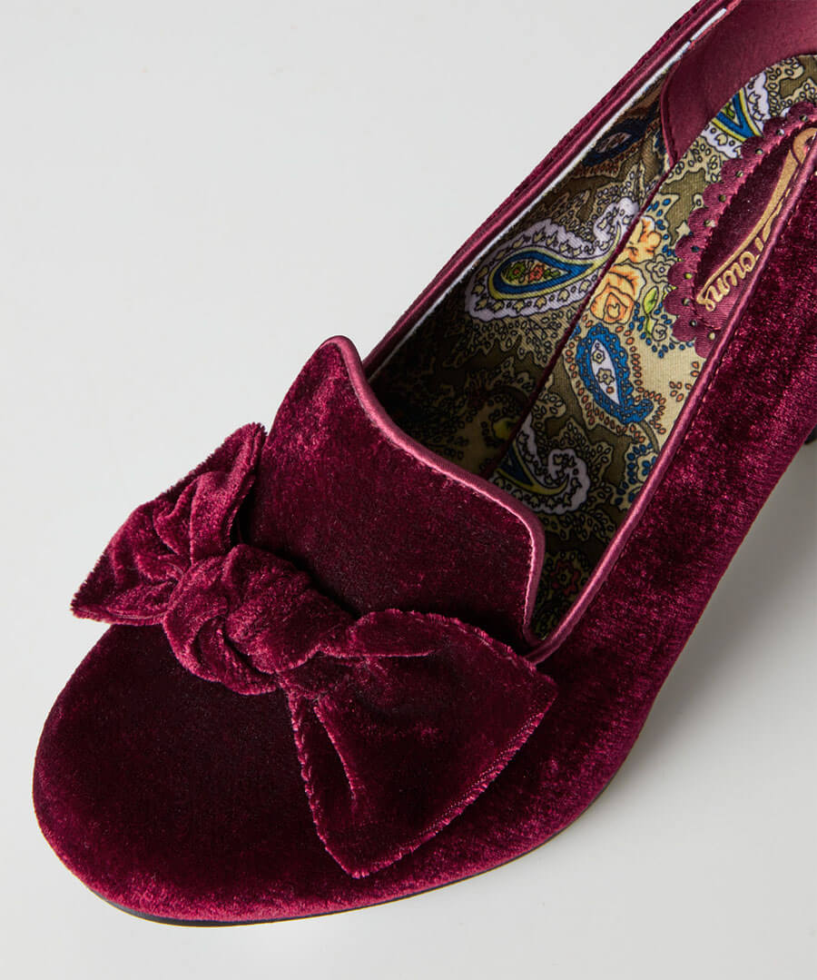 So Remarkable Velvet Bow Shoes Model Back