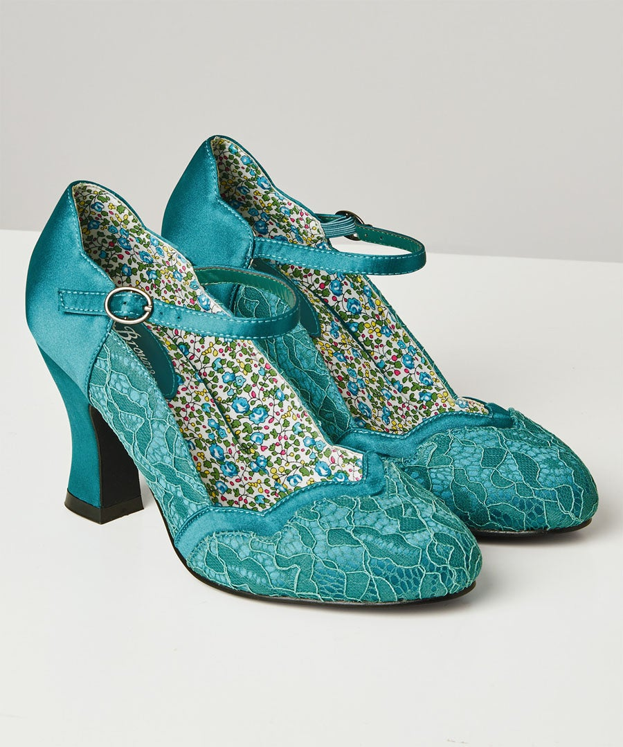 Montrose Vintage Lace Shoes Model Front