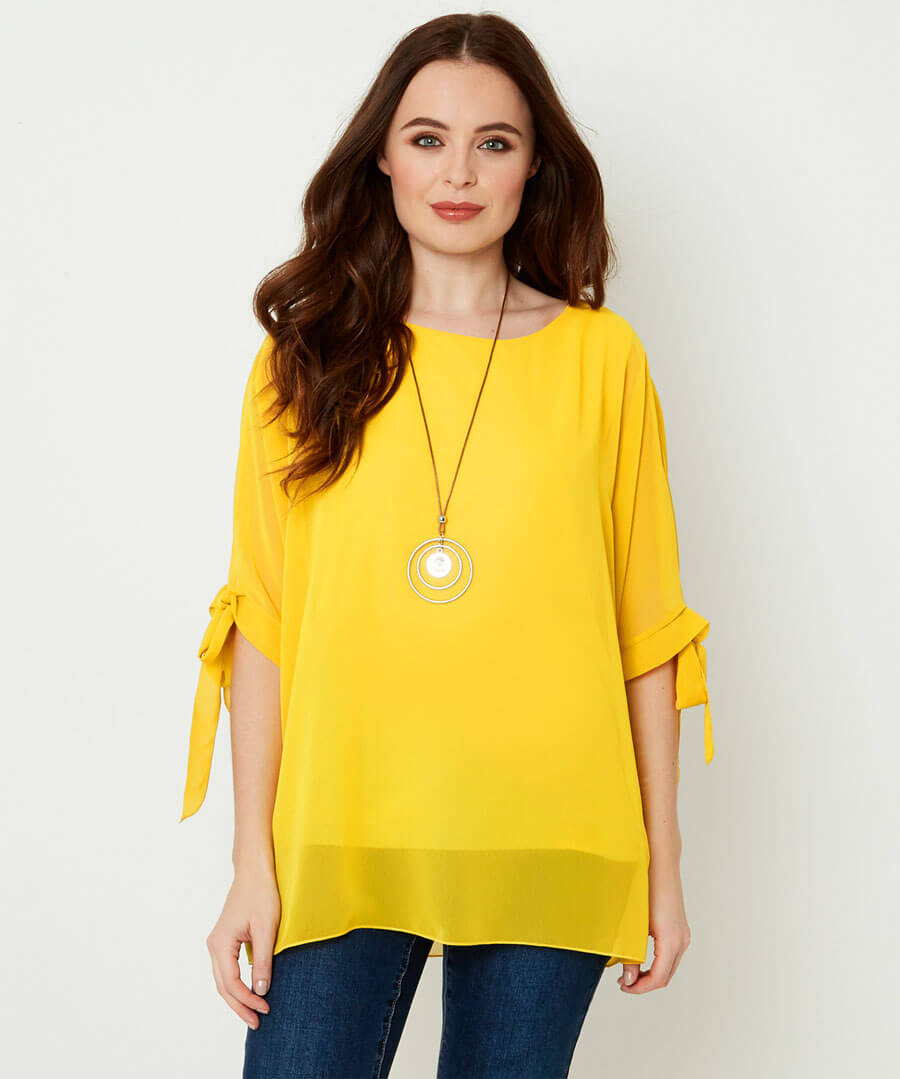 Flowing Top With Necklace Model Front